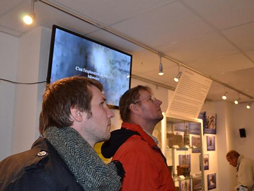 Sonderausstellung-Noel-fussballmuseum-Springe-Besucher